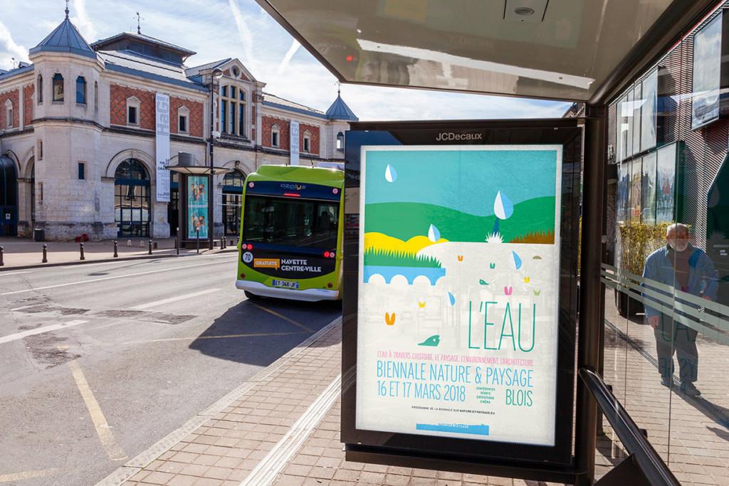 Vue de l'affiche de la biennale devant la Halle aux Grains, à Blois